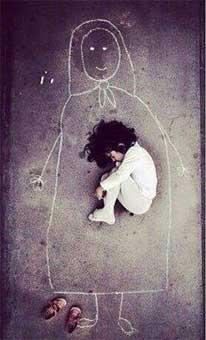 Малыш из детcкого дома нарисовал маму на асфальте и лег в ее объятия. Из уважения к маме он даже снял обувь.